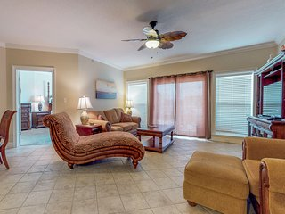Beautiful new condo w/ shared hot tub, pool - walk to beach, snowbirds welcome!