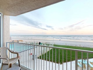 Waterfront condo w/ an ocean view - walk to the beach & shopping!