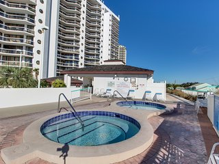 Breezy resort studio w/ balcony, beach access & shared pool/hot tub/gym!