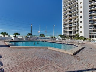Gulf view efficiency condo w/ balcony, shared pool/hot tubs & beach access!