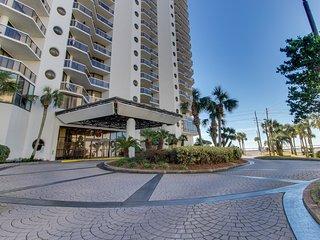 Spacious resort condo w/ a shared pool, hot tub, gym, & beach access