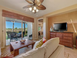 Luxurious condo w/resort pool/hot tub/gym/golf & amazing beach club!