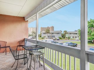 Centrally located condo w/ shared pools and tennis, near the beach