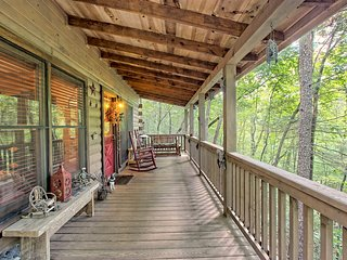 Secluded cabin on stocked lake w/hot tub, deck & outdoor kitchen