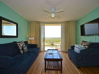 Comfy dog-friendly condo w/ balcony, shared pool & hot tub, tennis, & parking