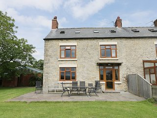WILLOW FARMHOUSE, WiFi, traditional cottage features, views of Thornton Dale