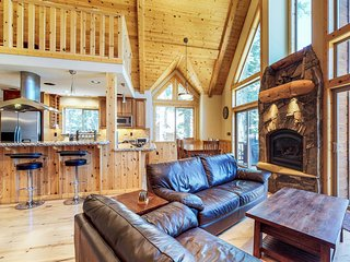 Home close to lake, golf, skiing, community pools/hot tub!