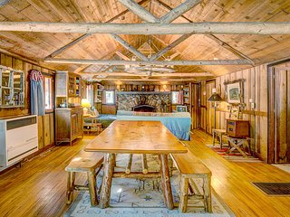 Beautiful cabin w/private hot tub! Hike, fish, shop & more!