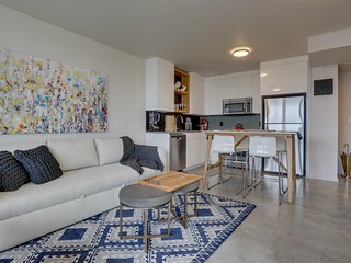 Roomy shared spaces & amazing location for exploring NW PDX! Great for couples!