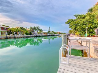 Dog-friendly half-duplex w/ 30-ft dock - access to shared pool & beach