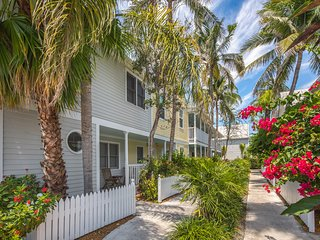 Cheery beach getaway near local attractions, w/shared pool & easy beach access