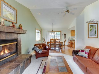 Modern home w/ private hot tub & game room, 2 miles from Village, SHARC passes