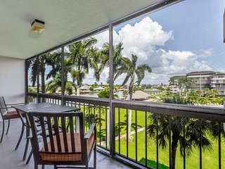 NEW LISTING! Well-equipped condo w/shared pool & convenient location near beach