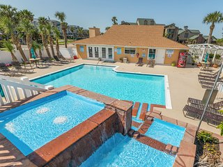 Bright, clean condo w/ shared pool - near must-see attractions, walk to beach!