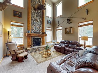Deluxe, dog-friendly cabin w/ a shared pool & hot tub in a convenient location