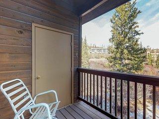 Family-friendly townhouse w/ shared pool, hot tub, & sauna - near hiking, skiing