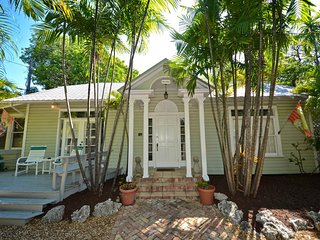 Quiet, dog-friendly getaway in a residential neighborhood with a shared pool