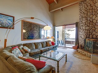 Comfortable ski-in/ski-out condo w/ shared hot tub & panoramic mountain views!