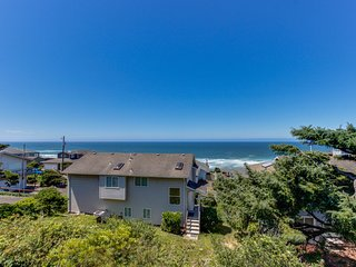 Spacious home w/private hot tub, ocean views, game room, fireplace
