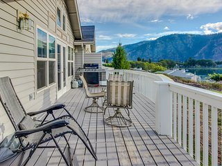 Casual getaway w/ a shared pool - just two blocks from Lake Chelan!