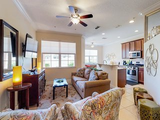 Bright, colorful townhome w/ shared pool & hot tub - dogs are welcome!