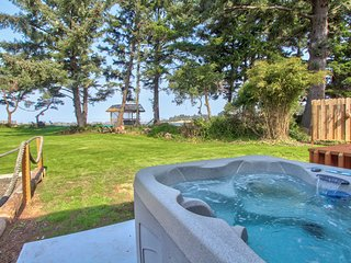 Charming bayfront & dog-friendly house with private hot tub, beach access!