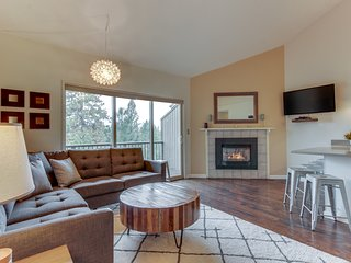 Modern condo w/shared pool & hot tub - close to town & Mt Bachelor!