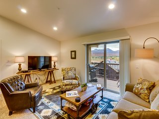 5 miles from Moab Rim w/ balcony, shared pool & hot tub  - free WiFi & more!