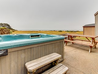 Oceanfront home w/ hot tub, views, shared pools & saunas - steps to Shell Beach!