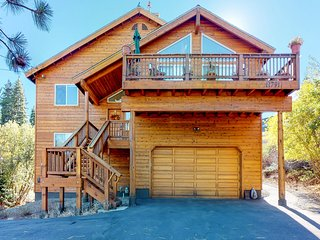 Dog-friendly cabin w/shared pool/hot tub, near hiking & skiing