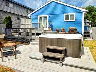 Dog-friendly, artistic getaway w/ private hot tub, entertainment, beach nearby!