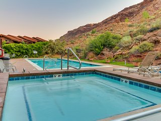 Bright condo nearby tons of outdoor activities! Community hot tub, pool, & more.