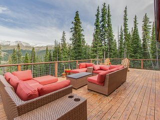 Luxurious home with breathtaking mountain views & privacy - close to ski slopes