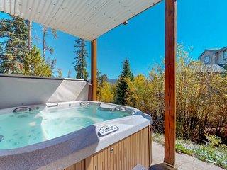 Townhome w/hot tub, deck & mountain/lake view - near 5 ski resorts