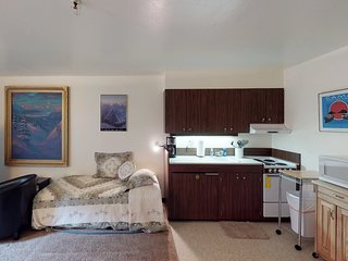 Condo with stunning views near shops and restaurants with immediate ski access