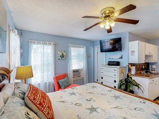 Adorable, dog-friendly studio w/ free WiFi - walk to the beach and dining!