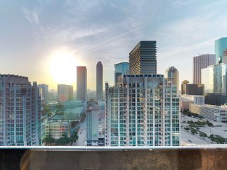 Luxury high-rise apartment w/ shared pool, fitness room, and downtown views!