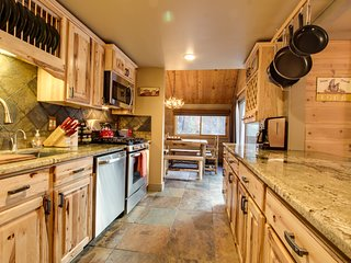 Rustic-chic, recently remodeled cabin with private hot tub plus SHARC passes
