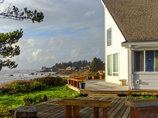 Oceanfront cottage with private hot tub - enjoy ocean from deck or living room!
