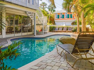 Charming, dog-friendly duplex with a shared pool and a Key West-style deck!