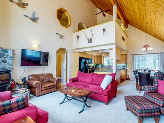 Spacious home w/private hot tub & shared pool, on-site golf, near slopes & lake!