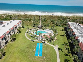 Waterfront condo w/ community pools & hot tub - walk to the beach!