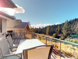 Spacious, dog-friendly home w/hot tub, view of Deschutes River