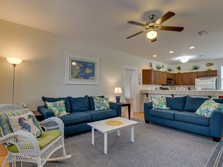 One mile from Windmark beach w/ pools, hot tubs, & trails - snowbirds welcome!