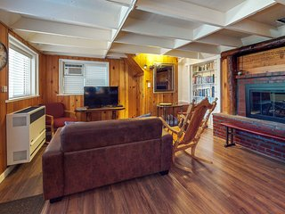 NEW LISTING! Cozy cottage w/free WiFi and wood fireplace - close to lakes