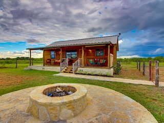 Cozy cabin w/ entertainment, outdoor fire pit & sprawling views - dogs welcome!