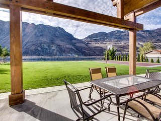 Spacious waterfront home w/ lawn, basketball court, &  Fantastic Views!