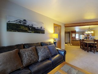 Mountain view condo w/shared pool/hot tub, patio, grill & fireplace