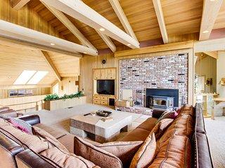 Upscale lodge w/ private hot tub,  plane hangar - walk to marina