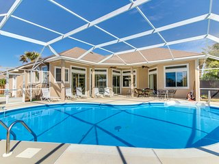 Light-filled home with a private grill - close to the beach and Big Lagoon park!